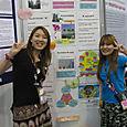 Toko et Masha (Japon) devant leur affiche