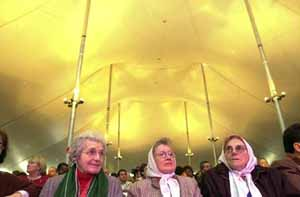 Madeleine Parent avec des Mères de la Place de Mai au Sommet des peuples des Amériques